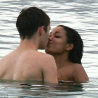 Nathan Sykes, do The Wanted, e Dionne Bromfield são flagrados aos beijos no Caribe