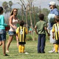 Bitch: Britney Spears usa shortinho para assistir a jogo de futebol dos filhos